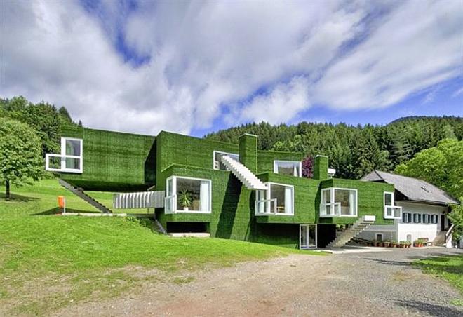 Къщата се състои от кубични модули, покрити изцяло с тревни чимове.