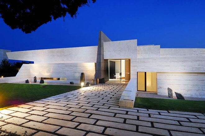 Фасадата на къщата е изработена от мрамор травертин