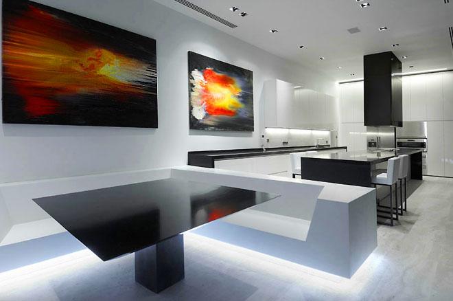 Просторно антре, което пряко комуникира с широк хол, трапезария и кухненски кът.