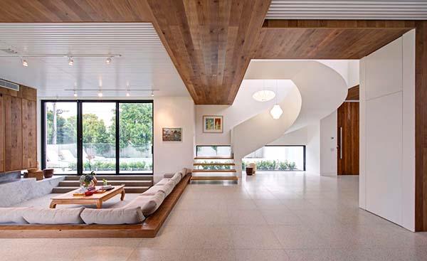 Красив акцент в дневната зона е елегантната извивка на вътрешното стълбище