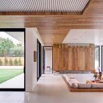 Дървени облицовки на стените и таваните в дневната създават топлота и уют