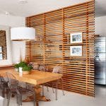 Ажурна дървена преграда отделя кухнята