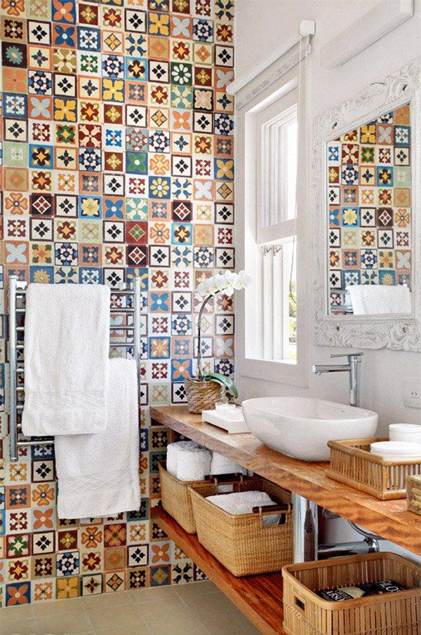 Банята е с пъстроцветна мозайка на стената и модерно обзавеждане