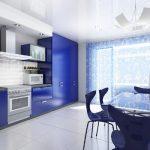 Кухня в бяло и синьо с кът за хранене