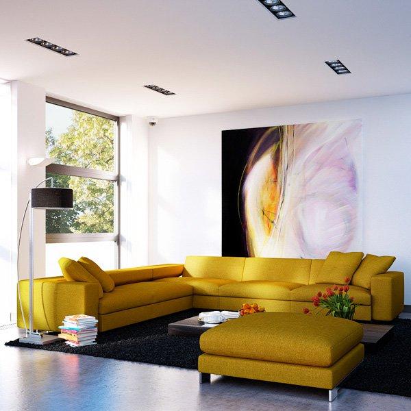 Голямо декоративно пано е поставено на стената в дневната