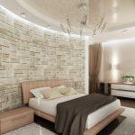 Стената зад леглото е декорирана с изкуствен облицовъчен камък