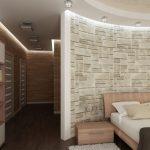 В коридора между спалнята и банята са поставени етажерки за книги