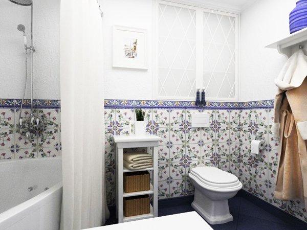 Стените на банята са комбинация от мазилка и плочки