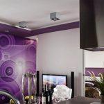 Окаченият таван и част от стените са в лилаво