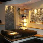 Спалня с вградено осветление и декорация с камък