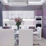 Кухнята е в бяло и лилаво, стените - в сиво
