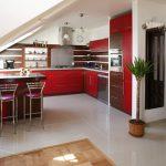 Интериорен дизайн на кухни под скосени тавани
