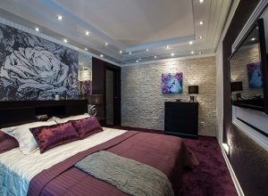 Интериорен дизайн на спалня в тъмно лилави тонове